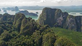 美好的石灰石岩层鸟瞰图在海 免版税库存照片
