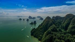 美好的石灰石岩层鸟瞰图在海 免版税图库摄影