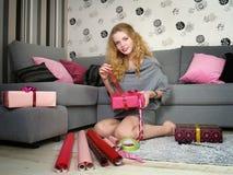 美好的礼品女孩节假日装箱 库存图片