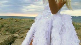 美好的礼服女孩白色 影视素材