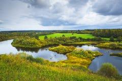 美好的秋天农村风景 有海岛的一条大河 免版税库存照片