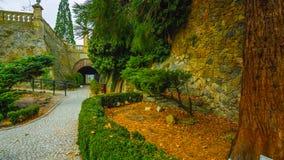 美好的秋天在庭院里-波兰北部-有在山中间的一个隧道的-与一个走廊在中心  图库摄影