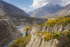 美好的秋天在Hunza谷的早晨,高的喀喇昆仑山脉 库存图片