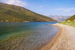 美好的秋天地中海风景-山,海,离开了海滩和蓝天 黑山,科托尔湾看法  免版税库存图片