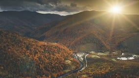 美好的秋天山风景鸟瞰图  免版税库存照片
