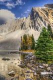 美好的秋天山风景 库存图片