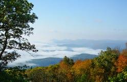 美好的秋天有雾的山风景 免版税图库摄影