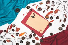 美好的秋天构成顶视图与空插件和织品的 图库摄影