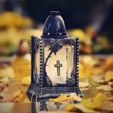 美好的秋天概念对公墓和万圣夜 在一个灯笼的蜡烛在坟墓 背景万圣节 库存照片