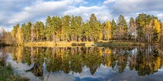美好的秋天风景全景在有湖的,俄罗斯,乌拉尔一个森林里 库存图片
