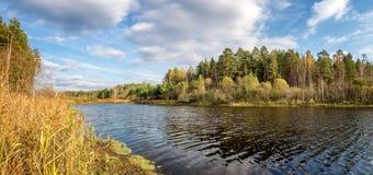 美好的秋天风景全景在有湖的,俄罗斯,乌拉尔一个森林里 免版税库存照片