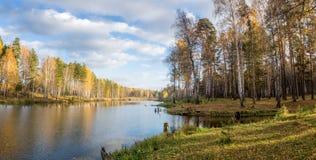 美好的秋天风景全景在有湖的,俄罗斯,乌拉尔一个森林里 免版税图库摄影