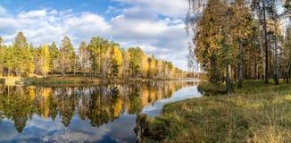 美好的秋天风景全景在有湖的,俄罗斯,乌拉尔一个森林里 库存照片