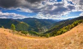 美好的秋天风景在山村 免版税库存图片