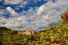 美好的秋天风景在有一座好的老Hardegg城堡的奥地利 免版税库存图片