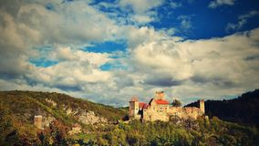 美好的秋天风景在有一座好的老Hardegg城堡的奥地利 免版税图库摄影