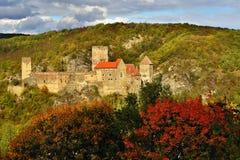 美好的秋天风景在有一座好的老Hardegg城堡的奥地利 图库摄影