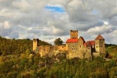美好的秋天风景在有一座好的老Hardegg城堡的奥地利 库存照片