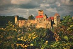 美好的秋天风景在有一座好的老Hardegg城堡的奥地利 库存图片