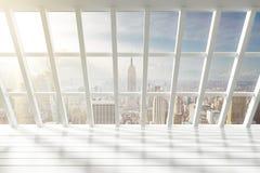 美好的空的白色顶楼内部有城市视图在黎明 图库摄影