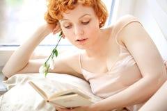 美好的红发卷曲女性模型 免版税图库摄影