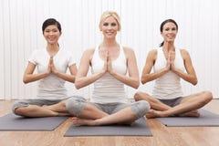 美好的组人种间女子瑜伽 免版税图库摄影