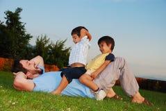 美好的绿色安排和儿童活动 库存照片