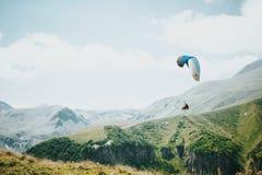 美好的绿色山风景在乔治亚 库存图片
