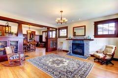 美好的老工匠样式家客厅内部 库存图片