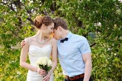 美好的肉欲的婚礼夫妇和花柔和的花束  免版税库存图片
