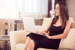 美好的膝上型计算机妇女工作 库存图片