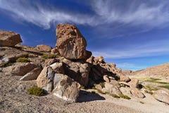 美好的自然岩层在令人敬畏的天空下 库存照片