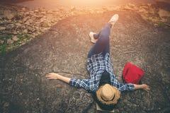 美好的自然的女性游人在平静的场面在假日 免版税库存图片