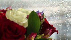 美好的花束玫瑰、虹膜和德国锥脚形酒杯转动 股票录像