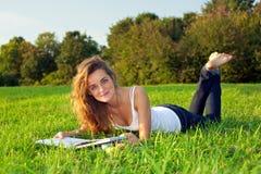 美好的草甸oung用茅草盖的妇女 免版税库存照片