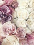 美好的葡萄酒罗斯背景 白色,桃红色,紫色,紫罗兰色,奶油色颜色花束花 花卉典雅式样 免版税库存照片