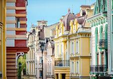 美好的葡萄酒建筑学五颜六色的房子在基辅 免版税库存图片