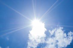 美好的蓝天光束和云彩与太阳发出光线自然后面 免版税库存图片