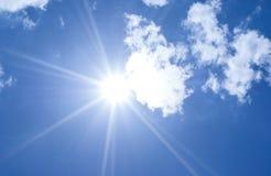 美好的蓝天光束和云彩与太阳发出光线自然后面 免版税库存照片