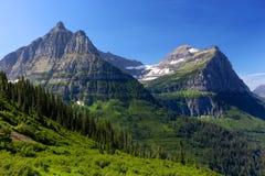 美好的蓝色和绿色山风景在冰川国家公园蒙大拿 免版税库存照片