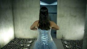 美好的蓝色礼服跳舞的妇女往水在走廊结束时 股票录像