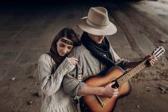 美好的行家夫妇,英俊的牛仔人吉他的音乐家 免版税库存图片