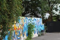 美好的街道艺术街道画 在城市的墙壁上的抽象创造性的图画时尚颜色 都市当代 免版税库存照片