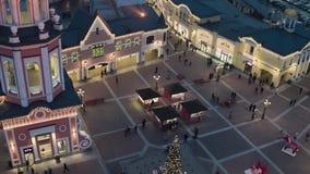 美好的被阐明的正方形天空视图与逗人喜爱的圣诞树和帐篷的 股票录像