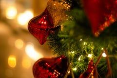 美好的装饰的圣诞树假日背景 库存图片