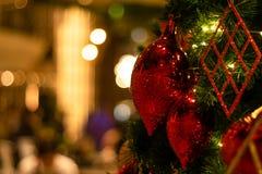 美好的装饰的圣诞树假日背景 免版税库存图片