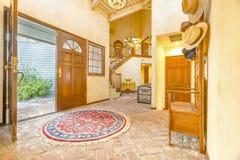 美好的词条、休息室和客厅内部在新的豪华h 免版税库存图片