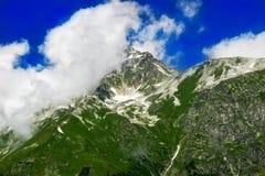 美好的谷和峰顶在高加索山脉,主要卡克塔省 库存照片