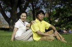 美好的资深夫妇在公园 库存图片