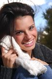 美好的走读女生笑的冬天 免版税库存图片